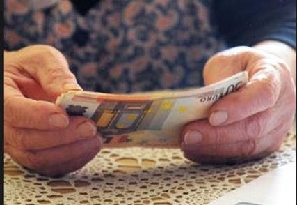 anziano con soldi
